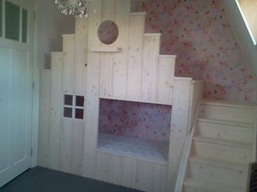 Stapelbed voor kinderen op maat gemaakt in de vorm van een trapgevel.