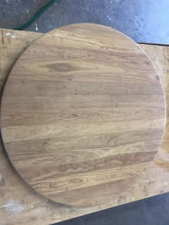 Walnoten tafelblad na het schuren
